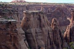观看在科罗拉多国家历史文物的一个红色岩石峡谷下 免版税库存图片