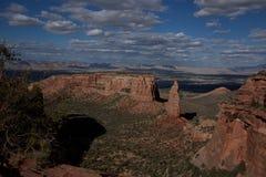 观看在科罗拉多国家历史文物的一个红色岩石峡谷下 库存照片