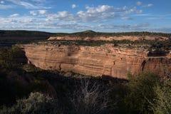 观看在科罗拉多国家历史文物的一个红色岩石峡谷下 库存图片