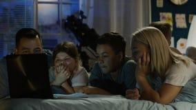 观看在膝上型计算机的美满的家庭滑稽的电影 股票录像