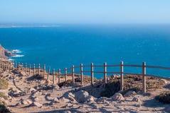 观看在辛特拉- Roca海角的od罗卡角-峭壁和篱芭在日落 库存图片