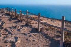 观看在辛特拉- Roca海角的od罗卡角-峭壁和篱芭在日落 免版税库存照片