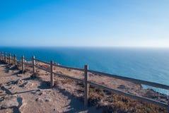 观看在辛特拉- Roca海角的od罗卡角-峭壁和篱芭在日落 库存照片