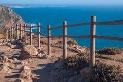 观看在辛特拉- Roca海角的od罗卡角-峭壁和篱芭在日落 免版税库存图片