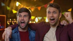观看在酒吧的快乐的爱好者朋友体育冠军,庆祝队目标 股票录像