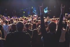 观看在阶段的观众音乐会 免版税库存照片