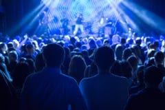 观看在阶段的观众音乐会 库存照片