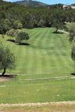 观看在高尔夫球场的一条航路下 免版税库存照片