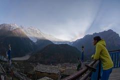 观看在annapurna两峰顶的女孩日落从上部比萨 图库摄影