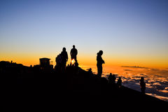 观看在Haleakala山顶-毛伊,夏威夷的游人日落 库存照片