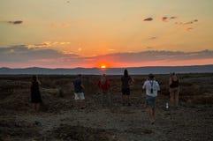 观看在Sesriem峡谷,纳米比亚的人们日落 免版税图库摄影