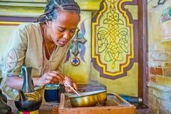观看埃赛俄比亚的咖啡仪式 图库摄影