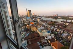 观看城市的中心从房子的窗口的 免版税库存照片