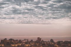 观看大特大的城市在多云天空下,房子的屋顶的圣彼德堡鸟瞰图住宅区  库存照片