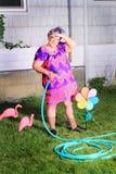 观看天气的老婆婆花匠 免版税库存图片