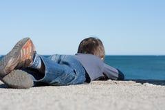 观看天际的孩子。 免版税图库摄影