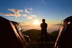 观看太阳的孤独的人上升 免版税图库摄影