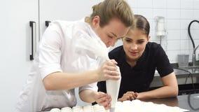 观看她的同事的华美的女性酥皮点心面包师做蛋白软糖 股票视频
