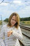 观看她的手表的一名美丽的妇女的画象 图库摄影