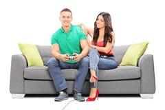 观看她的男朋友戏剧电子游戏的女孩 库存图片