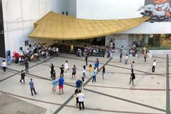 观看学生的露天小音乐会在曼谷艺术和文化前面的许多人民 免版税图库摄影