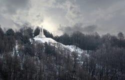 观看对白色三个十字架小山在维尔纽斯 免版税库存图片
