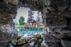观看对老秸杆的一个洞孔在非常的公园sc安置的低谷 库存图片