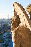 观看巴黎地平线的面貌古怪的人在一个晴天 库存照片