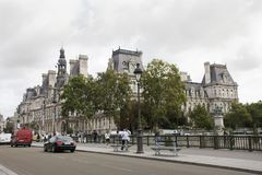 观看巴黎市风景在塞纳河和Hotel de Ville河沿  库存图片