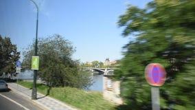 观看布拉格市风景和都市风景从公共汽车的 股票录像