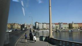 观看布拉格市风景和都市风景从公共汽车的 影视素材
