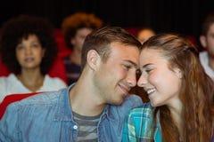 观看影片的年轻夫妇 免版税库存图片
