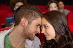 观看影片的年轻夫妇 免版税图库摄影