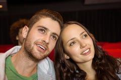 观看影片的年轻夫妇 库存照片