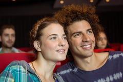 观看影片的年轻夫妇 图库摄影