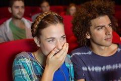 观看影片的年轻夫妇 免版税库存照片