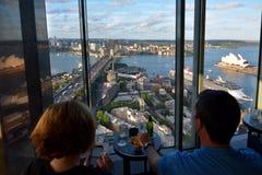 观看悉尼的风景视图人们怀有在日落 免版税库存照片