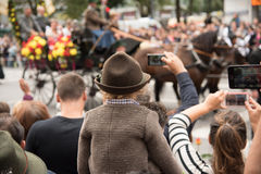 观看慕尼黑啤酒节游行 免版税库存照片