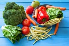 观看新鲜蔬菜的各种各样的类型,并且friuts,那为素食饭食以及成份是exellent健康盘 库存图片