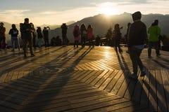 观看日出和余山moutain视图的游人在viewpo 库存照片