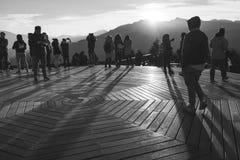 观看日出和余山moutain视图的游人在viewpo 免版税库存照片