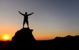 观看日出在山顶 库存图片