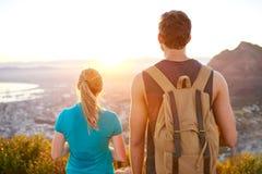 观看日出的人和女孩,当在远足时 免版税库存图片