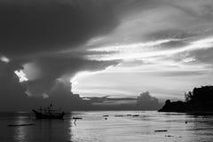 观看日出 黑色白色 免版税图库摄影