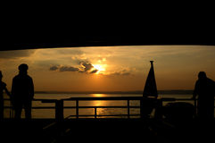 观看日落的小船 图库摄影