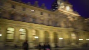 观看有启发性罗浮宫的许多游人在巴黎在晚上,全景 股票录像