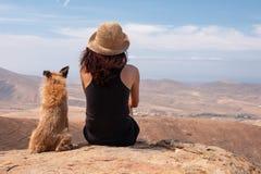 观看有她的小狗的女孩全景 免版税图库摄影