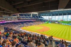 观看棒球比赛的爱好者在迈阿密细索体育场 免版税库存图片