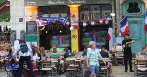 观看橄榄球世界杯比赛的人们坐在咖啡馆大阳台 股票视频