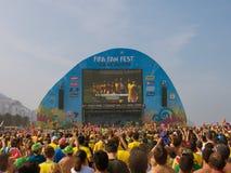 观看比赛的人们在国际足球联合会爱好者费斯特在科帕卡巴纳海滩,里约热内卢 免版税库存图片